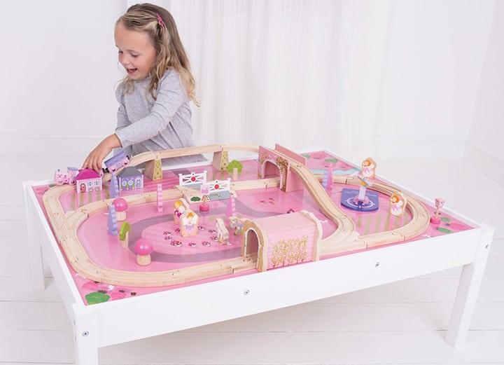 Eine Holzeisenbahn für Mädchen