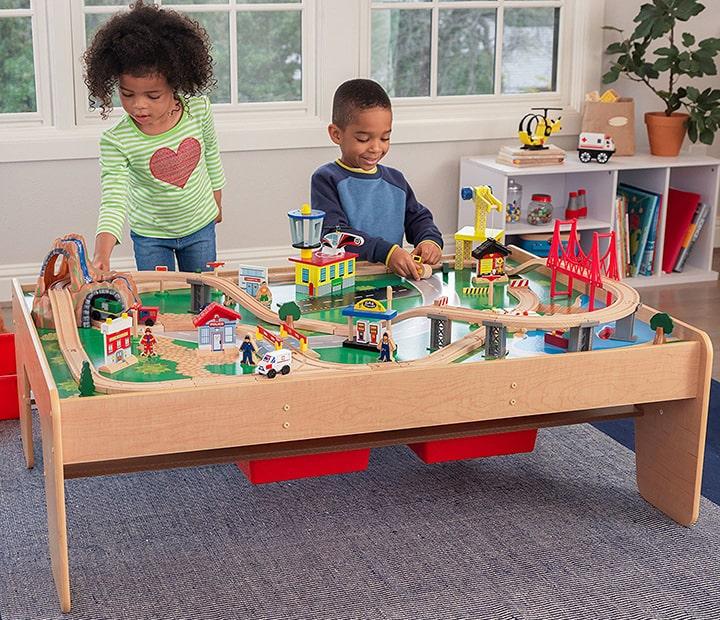 Spielen am Tisch mit einer Holzeisenbahn