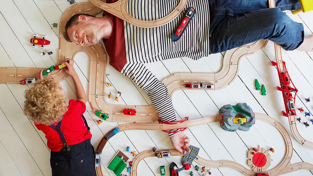 Die BRIO Eisenbahn aus Holz im Kinderzimmer aufgebaut