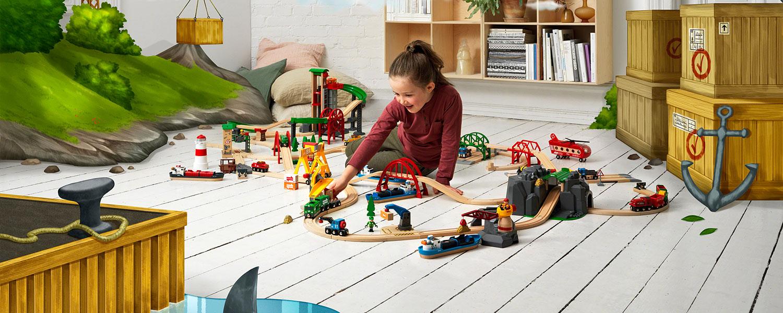 Die BRIO Eisenbahn aufgebaut im Kinderzimmer mit Mädchen