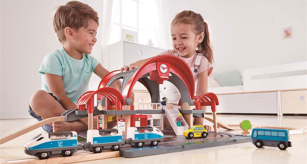 Hape Eisenbahn Großstadtbahnhof mit zwei Kinder